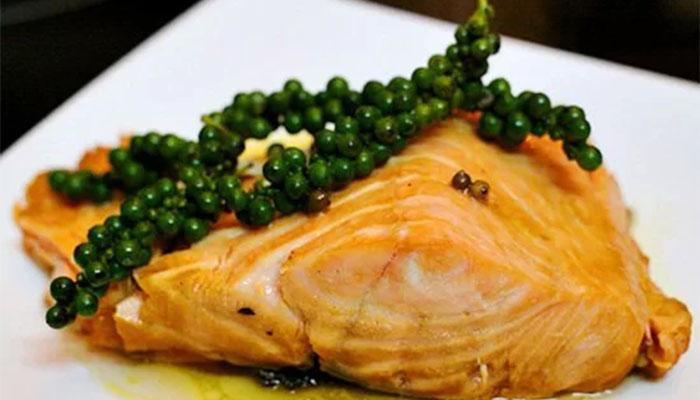 Món cá hồi kho tiêu xanh