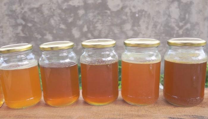 Quan sát bề mặt của mật để so sánh sự khác biệt
